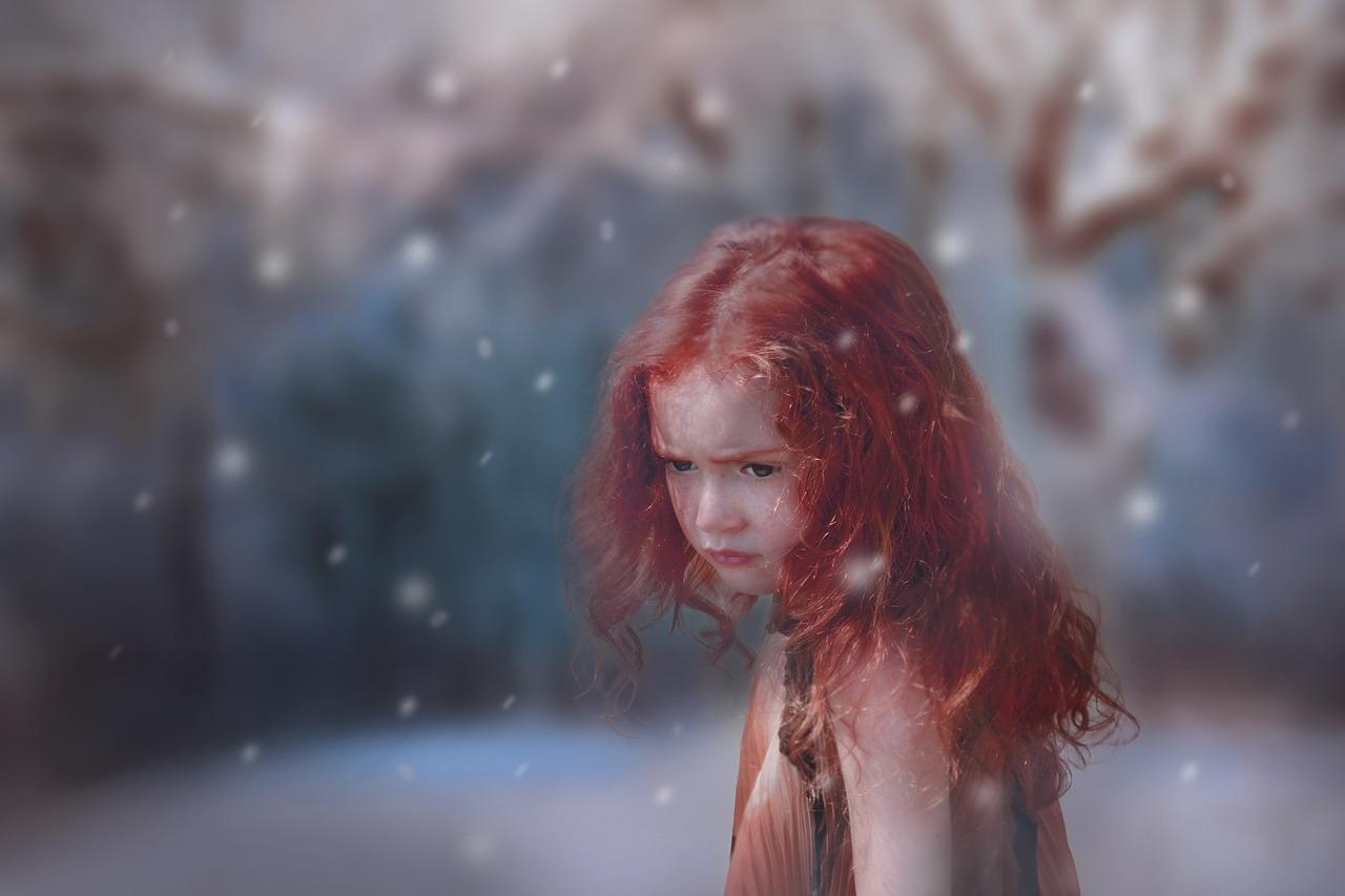 девочка с красными волосами грустит