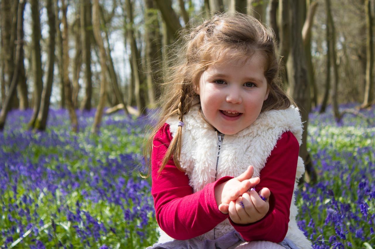 девочка собирает цветы весной