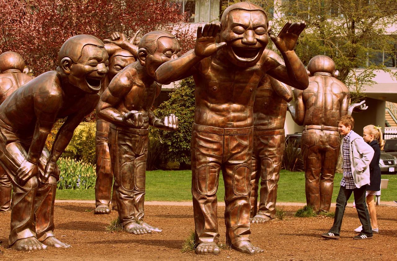 статуи смеющихся людей