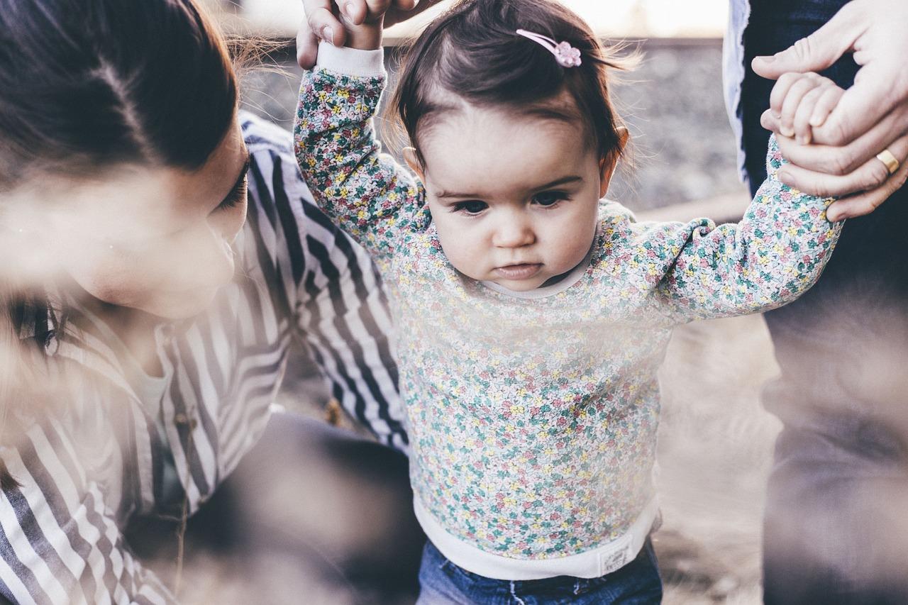 родители ведут ребенка
