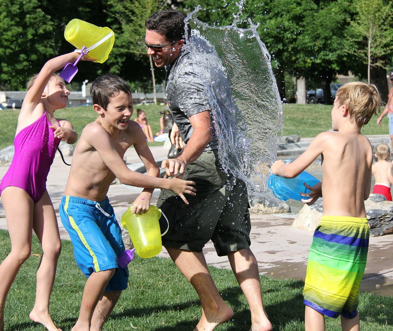 дети обливаются водой и смеются