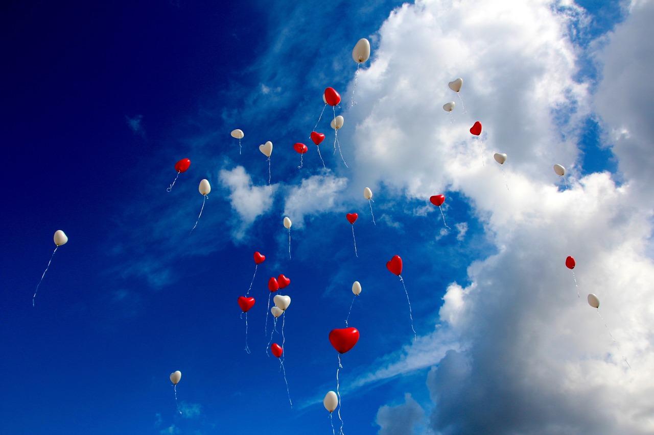 воздушные шарики в небе