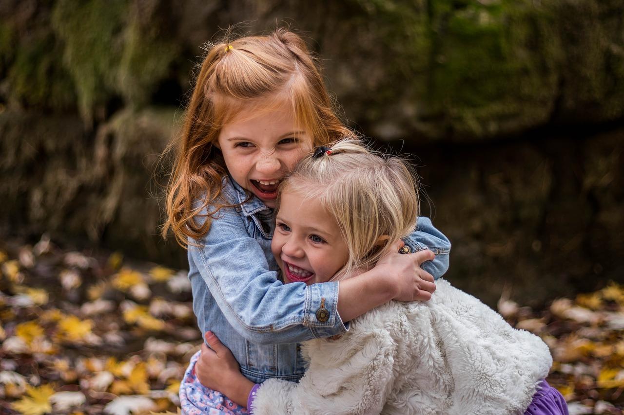 две девочки обнимаются
