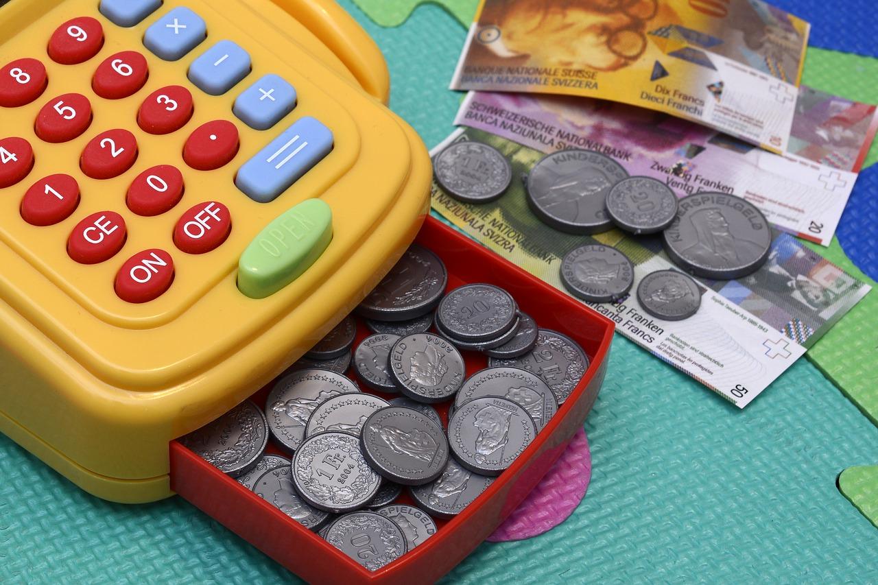 детская касса с деньгами