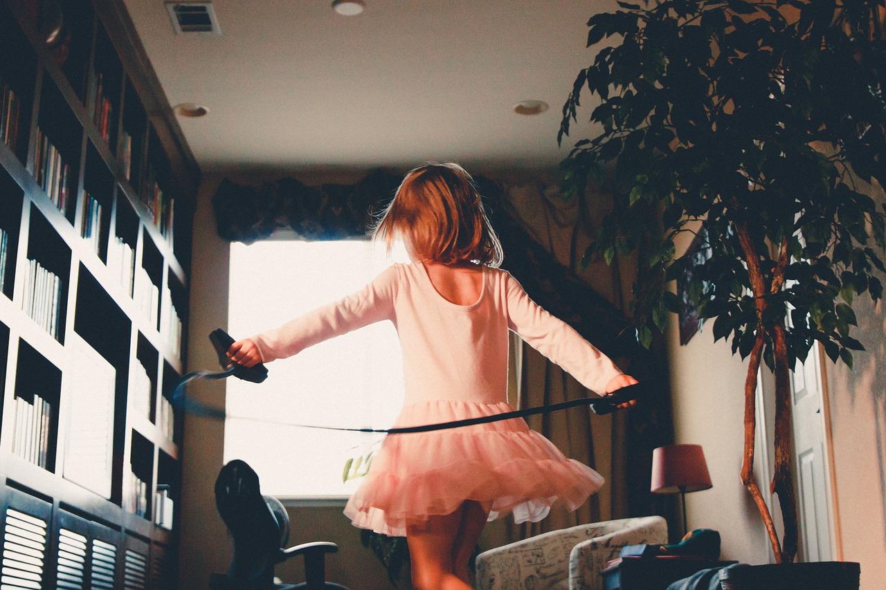 девочка прыгает на скакалке дома