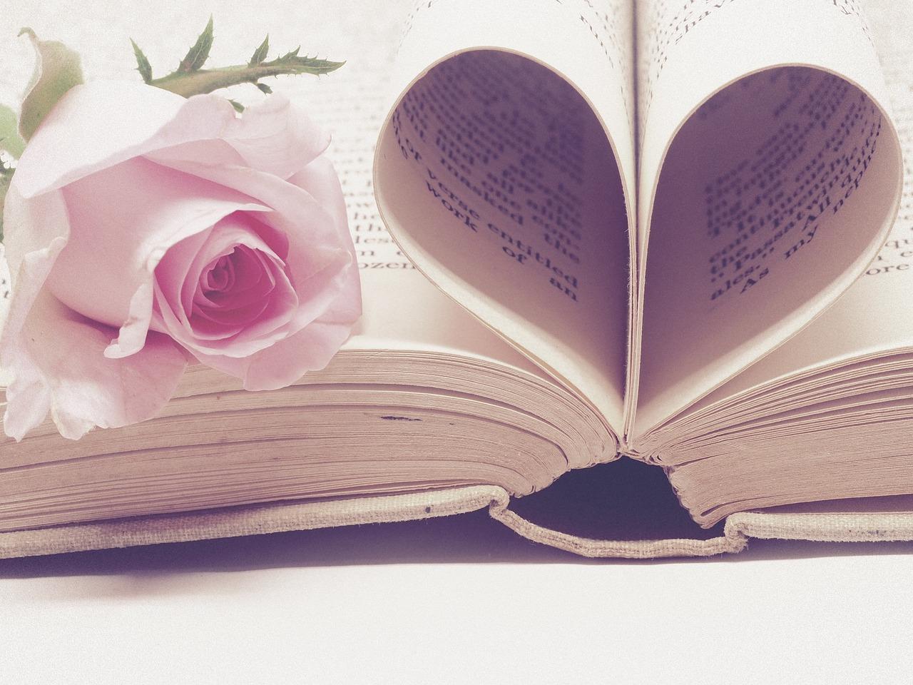 листы книги сложены в иде сердца