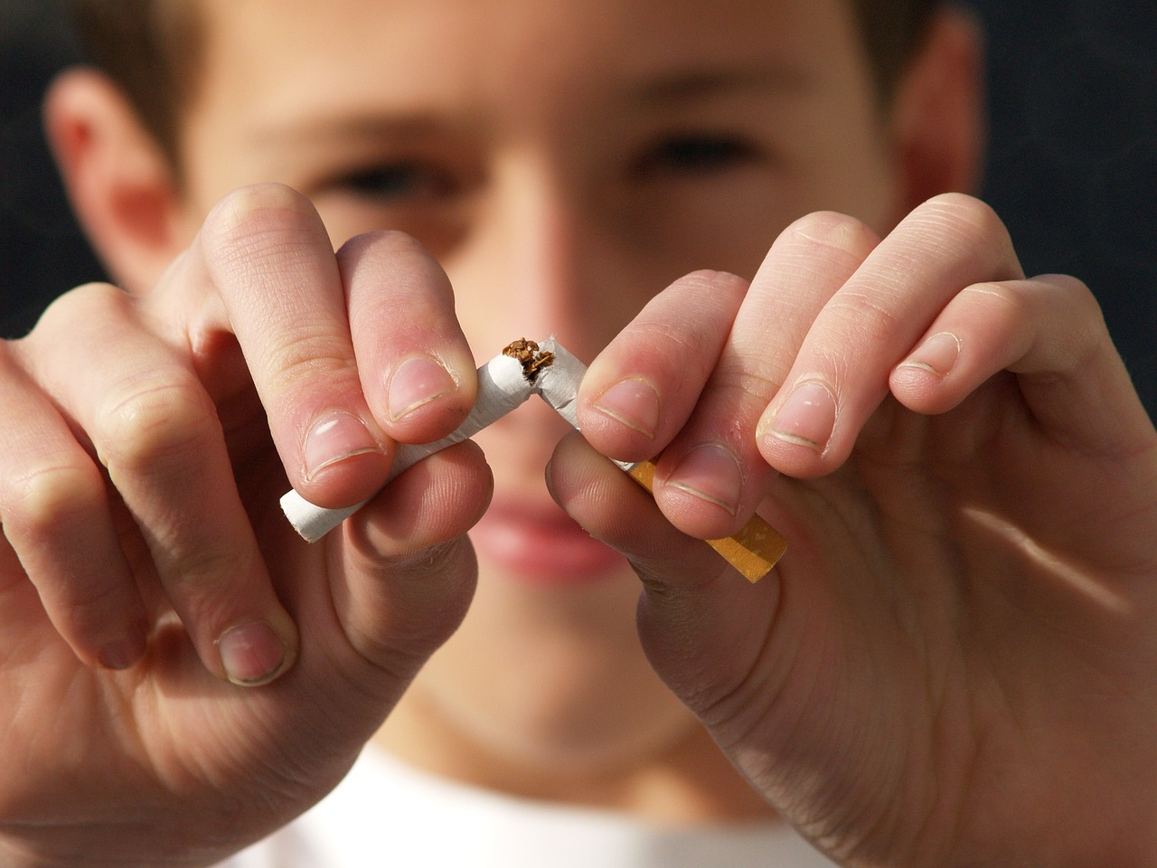 мальчик ломает сигарету