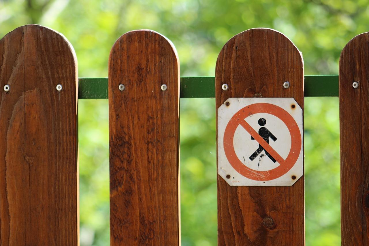 забор и знак вход запрещен