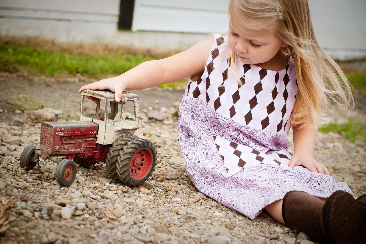 девочка в песочнице