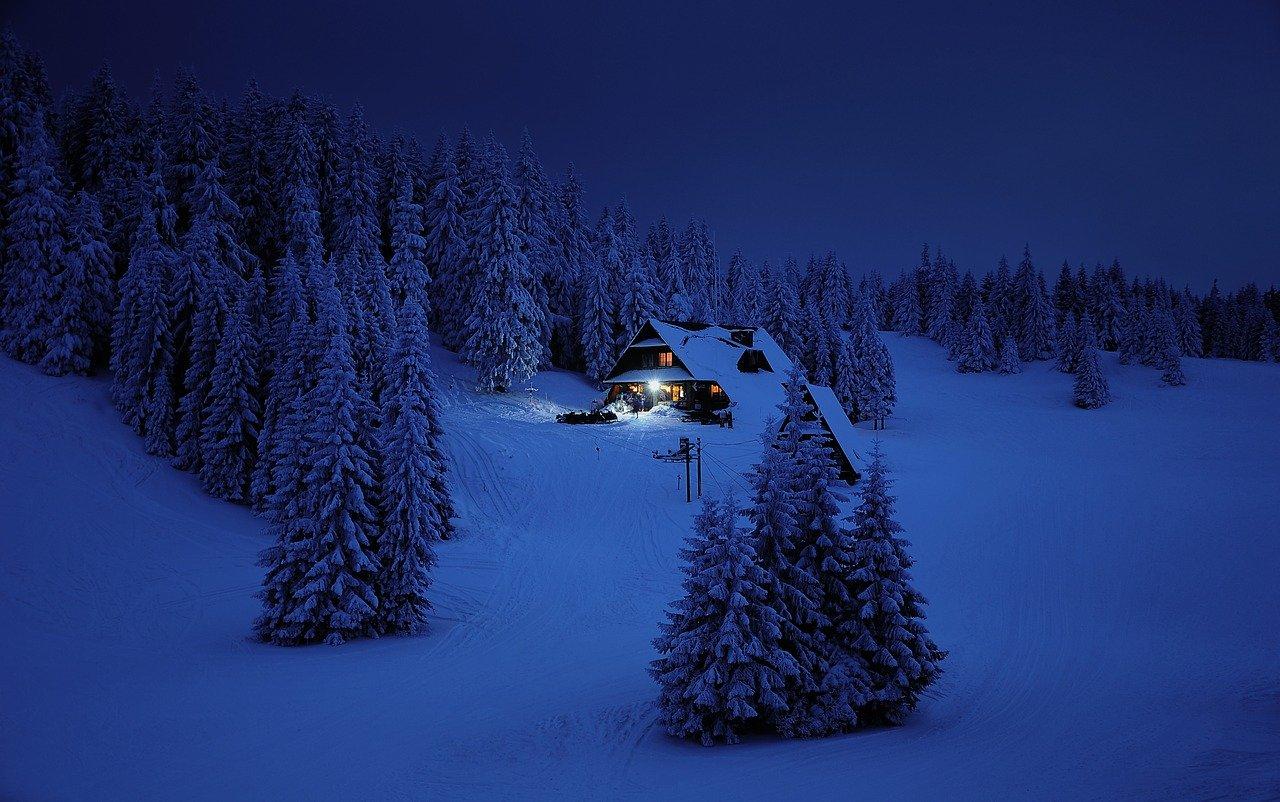 домик в лесу вечером зимой