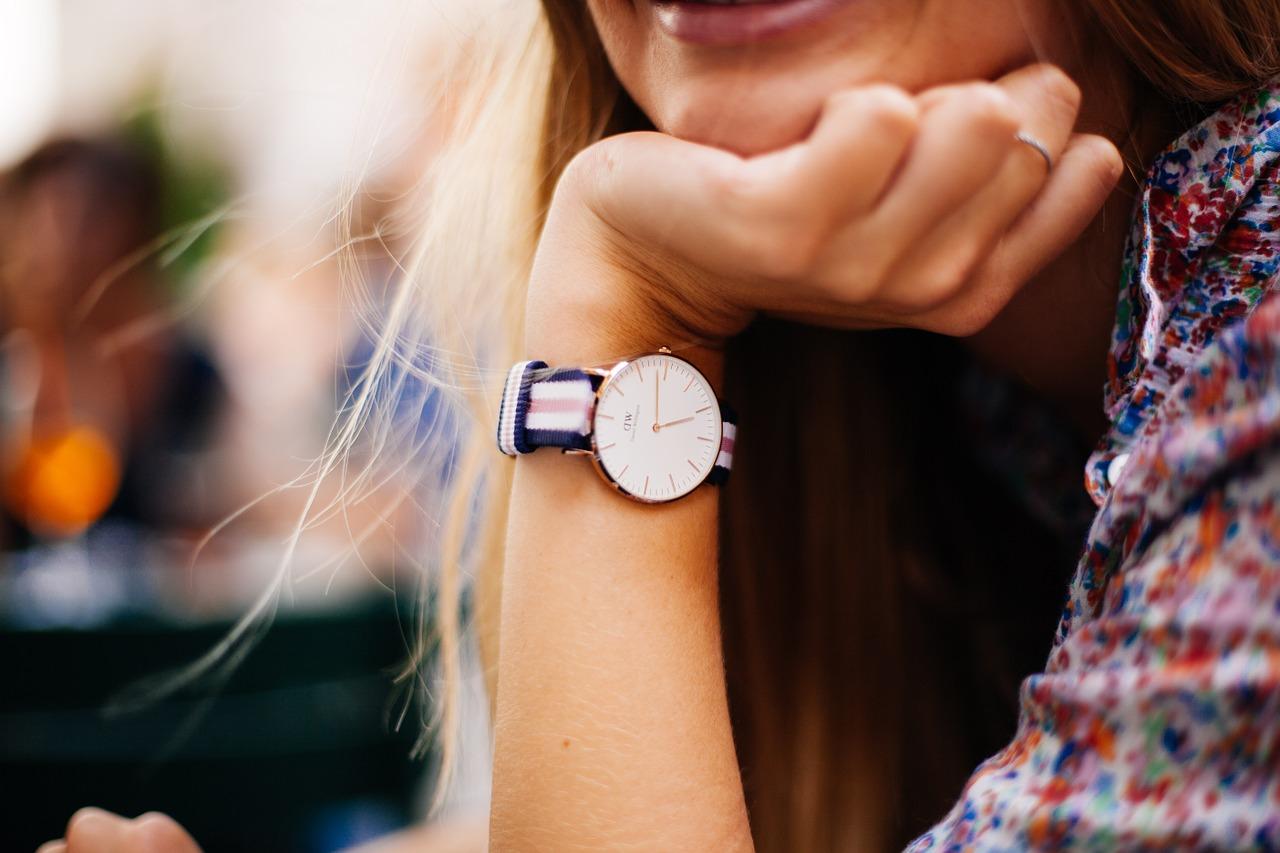 часы на руке девушки