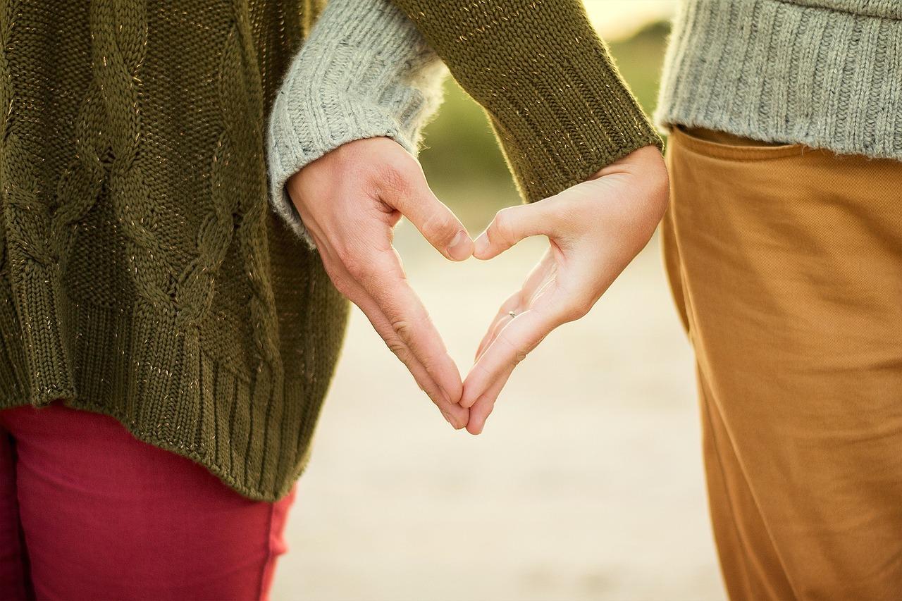 Руки сложены сердцем